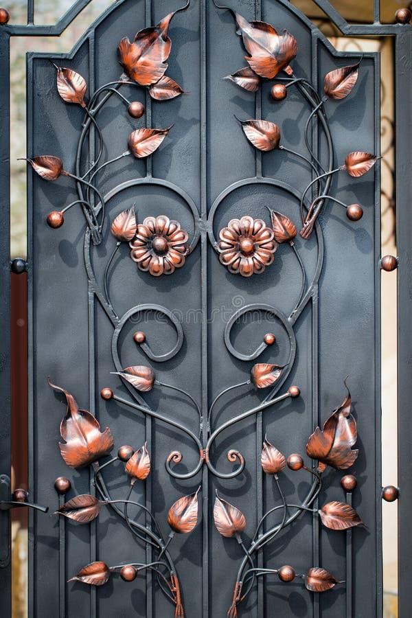 Decoração com elementos ornamentado do ferro forjado, fim da porta acima foto de stock