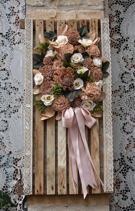 Decoração com laço de bobina e as flores secadas imagem de stock royalty free
