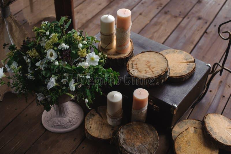 Decoração com velas e flores em um fundo de madeira escuro imagens de stock