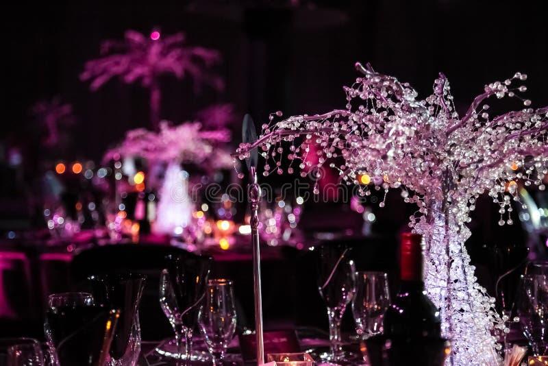 Decoração com velas e lâmpadas para o jantar incorporado do evento ou de gala foto de stock
