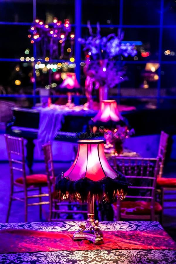 Decoração com velas e lâmpadas para o jantar incorporado do evento ou de gala fotografia de stock