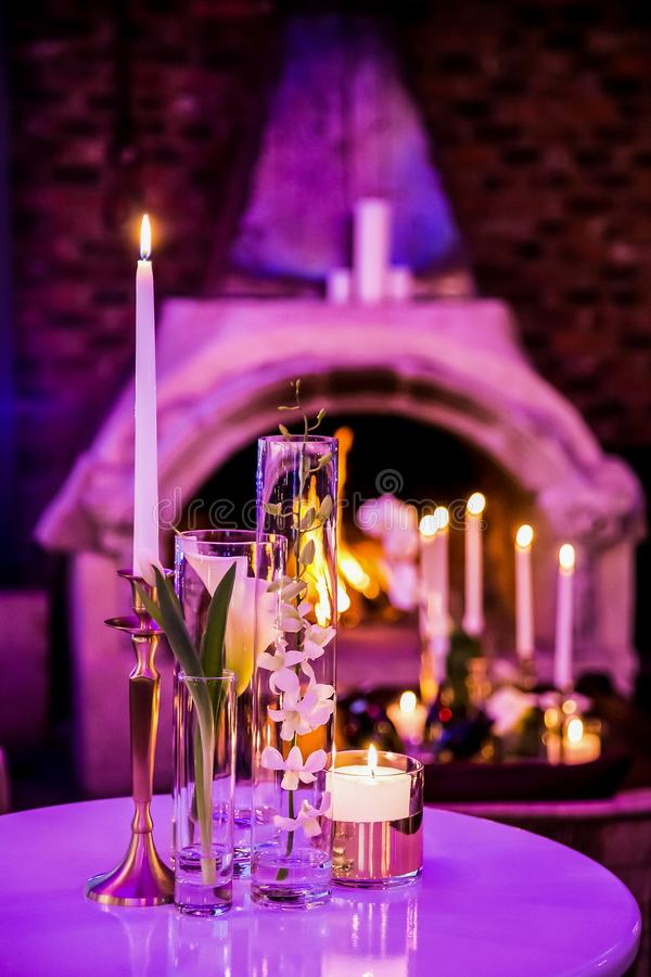 Decoração com velas e lâmpadas para o jantar incorporado do evento ou de gala fotos de stock