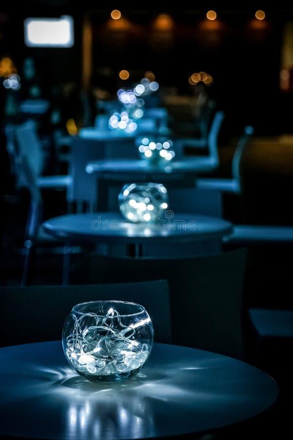 Decoração com velas e lâmpadas para o jantar incorporado do evento ou de gala imagens de stock royalty free