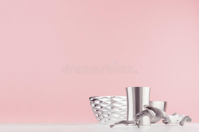 Decoração contemporânea para o projeto minimalistic interior com as bacias geométricas lustradas de prata, galho gasto velho na t foto de stock