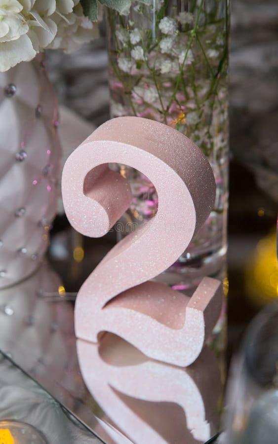 Decoração cor-de-rosa da tabela do espelho do número dois fotografia de stock royalty free