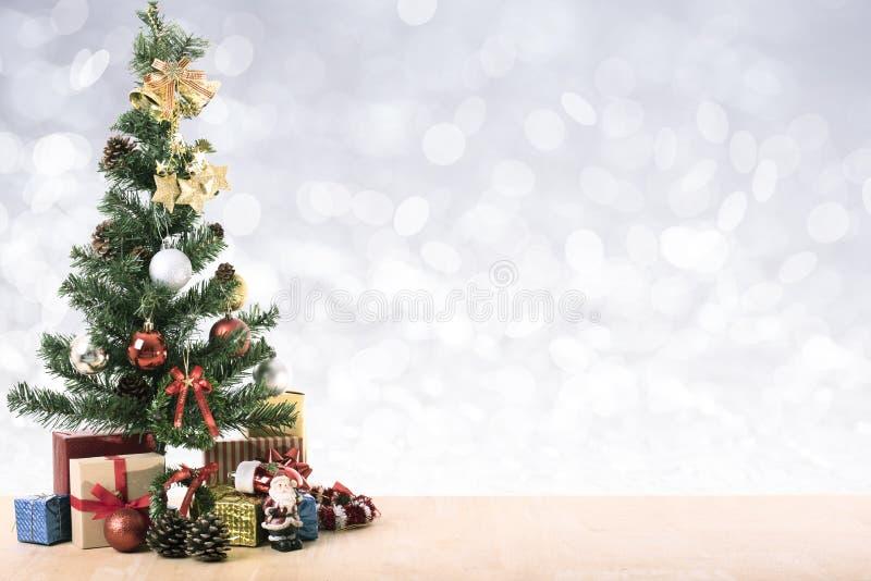 Decoração da árvore de Natal com bokeh de prata claro fotos de stock