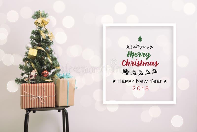 Decoração da árvore de Natal com bokeh de prata claro fotografia de stock