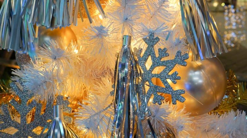 Decoração da árvore de Natal com bolas e icelets fotos de stock royalty free
