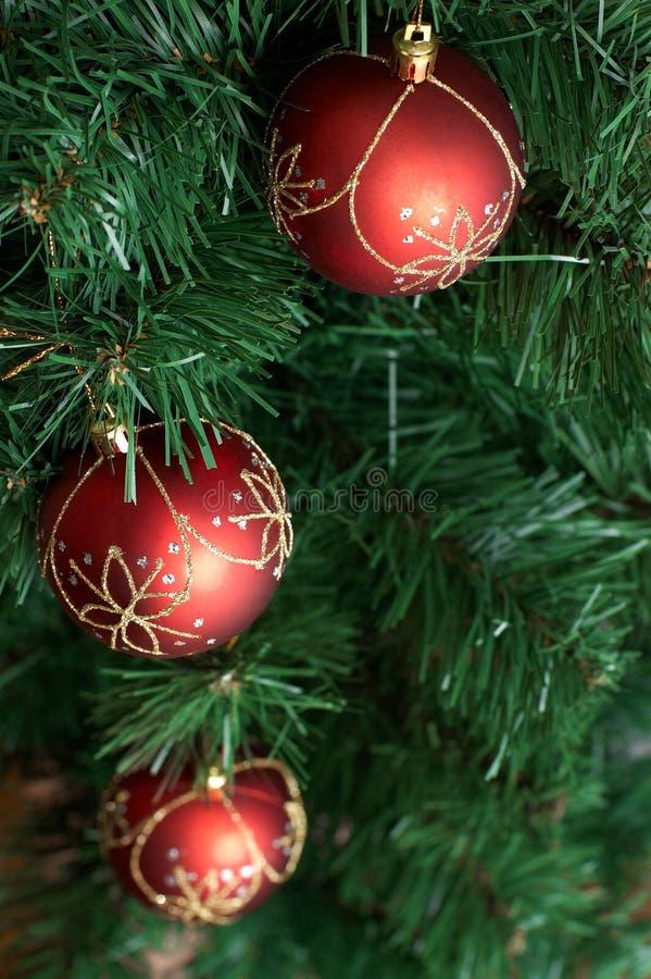 Decoração da árvore de Natal: esfera vermelha grande em b verde fotos de stock royalty free
