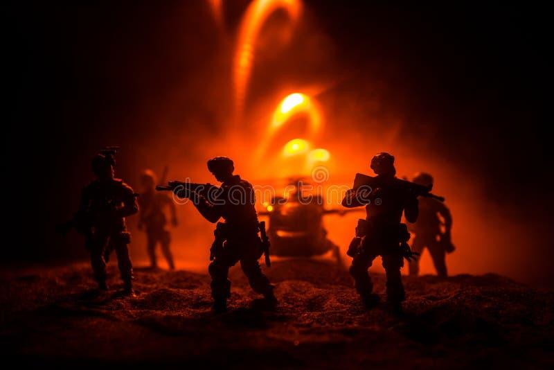Decoração da arte finala Soldados no deserto durante a operação militar com o helicóptero de combate ou o assalto do helicóptero  foto de stock royalty free