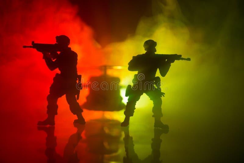Decoração da arte finala Soldados no deserto durante a operação militar com o helicóptero de combate ou o assalto do helicóptero  imagem de stock royalty free