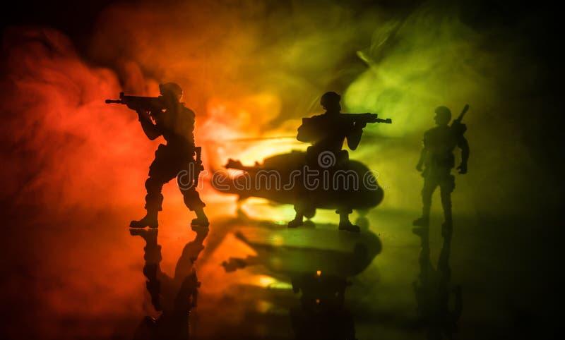 Decoração da arte finala Soldados no deserto durante a operação militar com o helicóptero de combate ou o assalto do helicóptero  imagens de stock