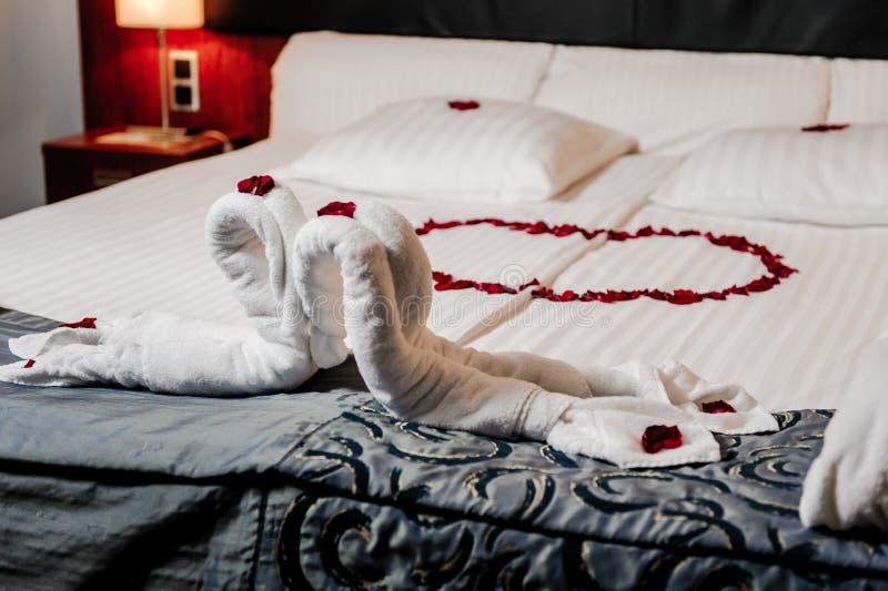 Decoração da cama da lua de mel imagem de stock