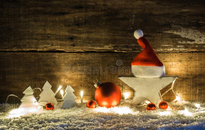 Decoração da cena do Natal com estrela branca, tampão de Papai Noel, as bolas vermelhas, as árvores de Natal e luzes brilhantes imagem de stock royalty free