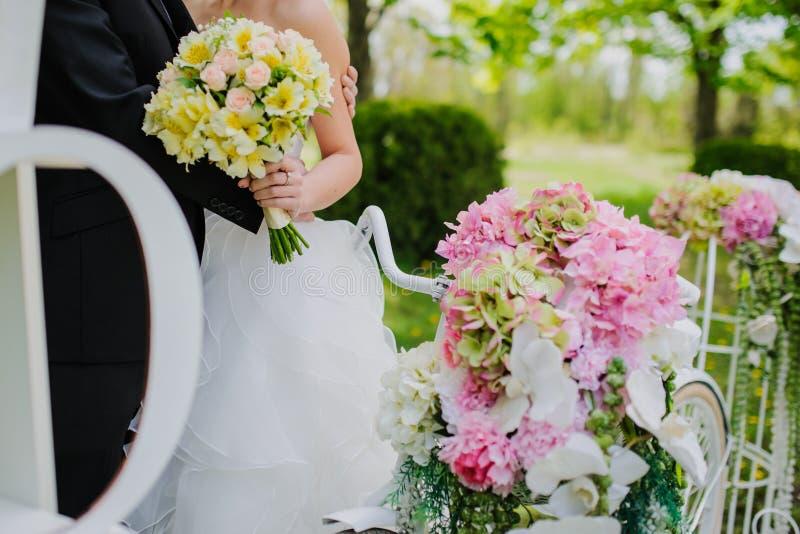 Decoração da composição do casamento no estilo romântico do vintage velho imagem de stock