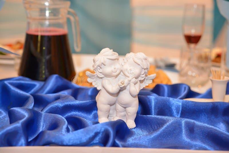Decoração da estátua do anjo na tabela foto de stock royalty free