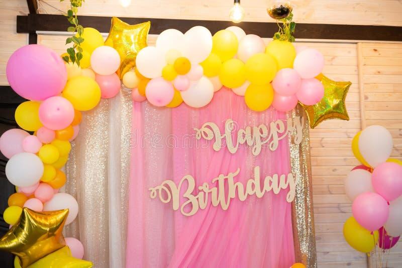 Decoração da festa de anos Feliz aniversario da inscrição fotos de stock royalty free