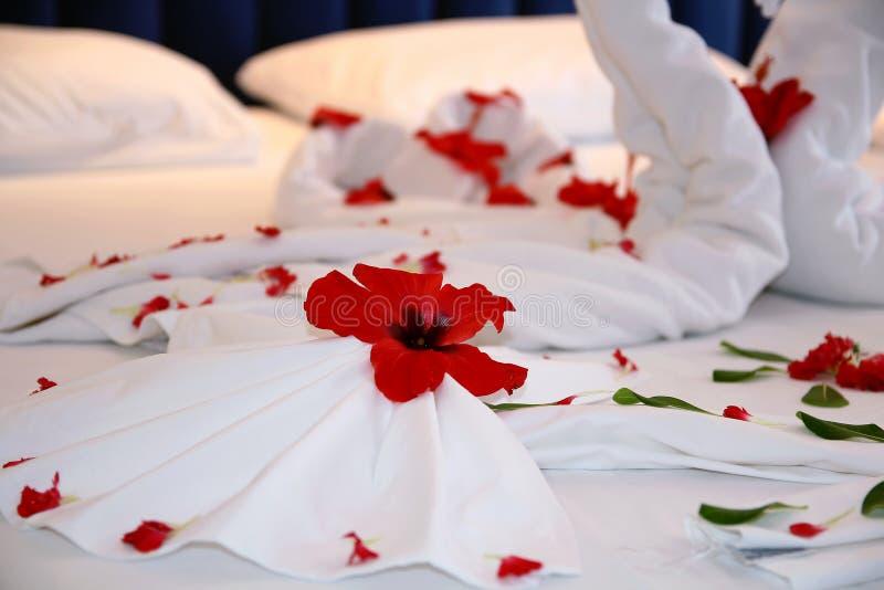 Decoração da flor da cama da lua de mel fotografia de stock