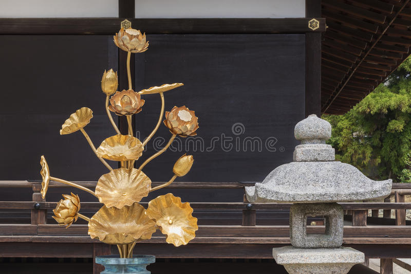 Decoração da flor de Lotus e lâmpada de pedra japonesa fotos de stock