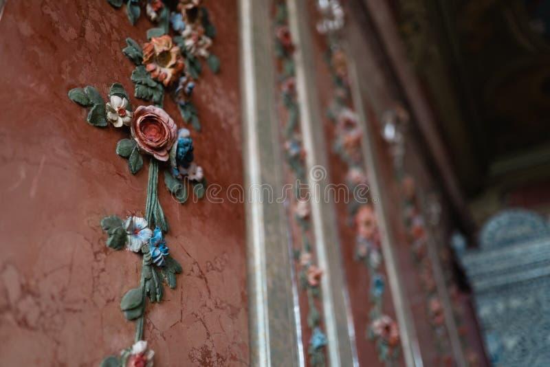 Decoração da flor de parede do palácio real - natureza colorida do fresco na cor pastel imagem de stock royalty free