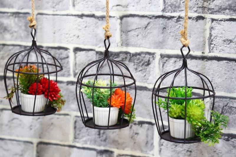 Decoração da decoração interior e do jardim Três potenciômetros com l colorido imagem de stock royalty free