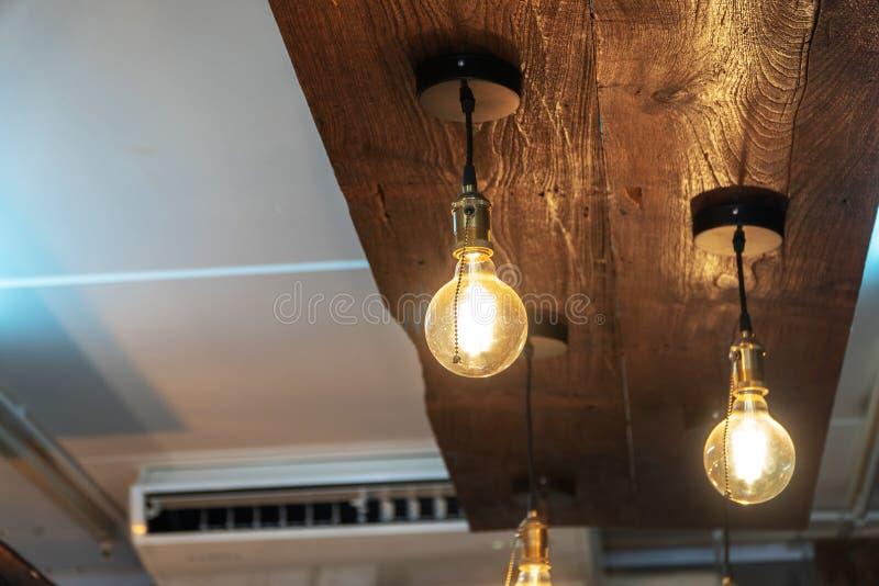 Decoração da lâmpada do vintage na cafetaria fotos de stock