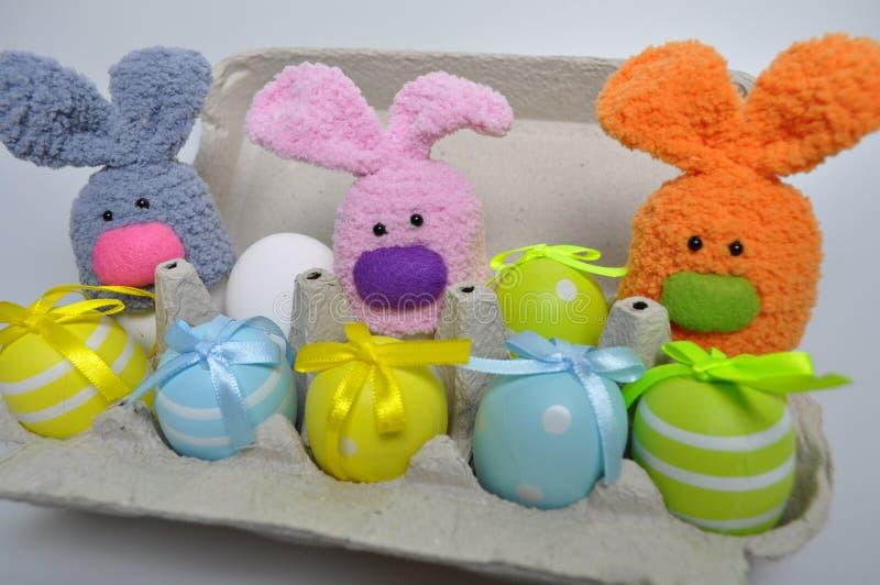 Decoração da Páscoa - coelhinhos da Páscoa em uma caixa dos ovos imagens de stock