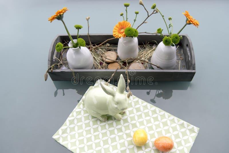Decoração da Páscoa com coelho e os gerberas verdes fotografia de stock royalty free
