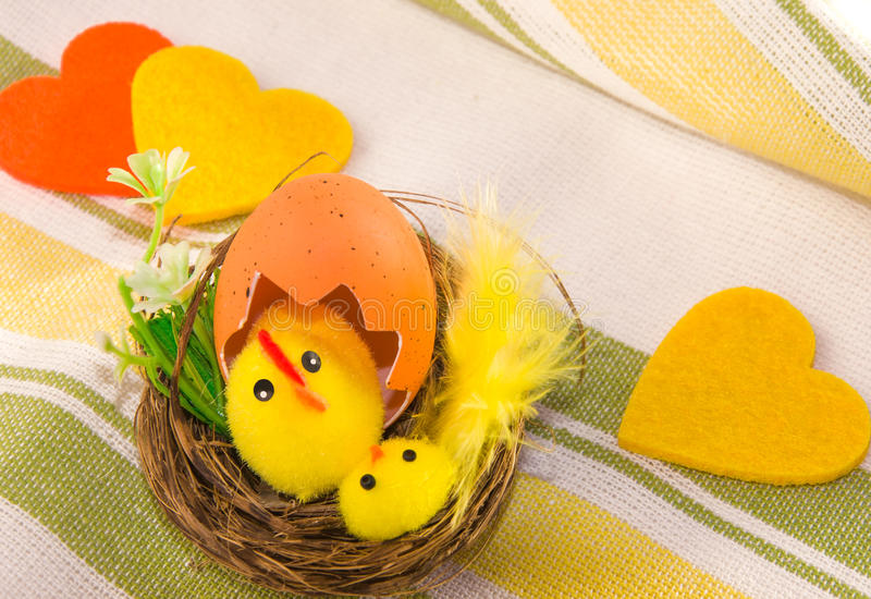 Decoração da Páscoa e três corações de feltro no guardanapo do algodão fotografia de stock royalty free