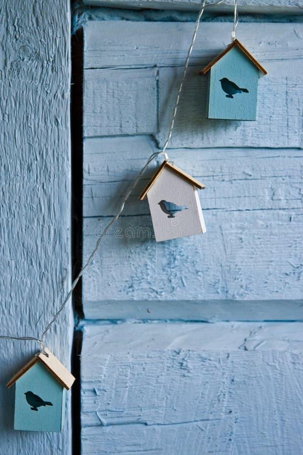 Decoração da parede da casa com as casas do pássaro no azul foto de stock royalty free