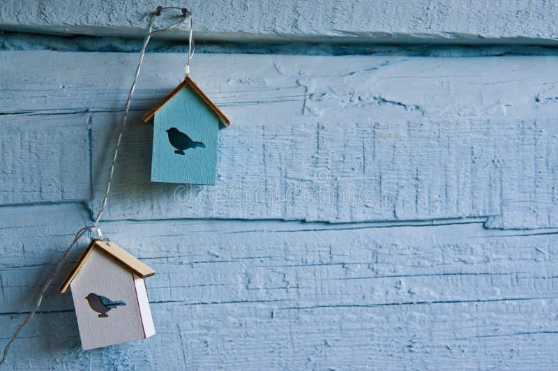 Decoração da parede da casa com as casas do pássaro no azul foto de stock