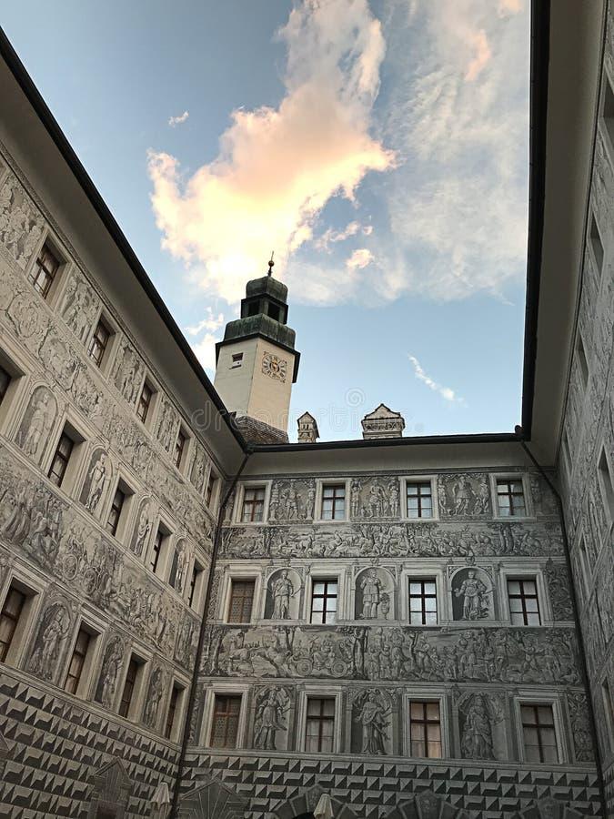 A decoração da parede exterior do castelo de Ambras O castelo é um castelo e um palácio do renascimento situados nos montes acima imagens de stock royalty free