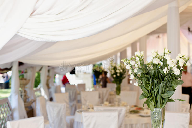 Decoração da tabela do casamento com a matéria têxtil branca macia imagens de stock royalty free