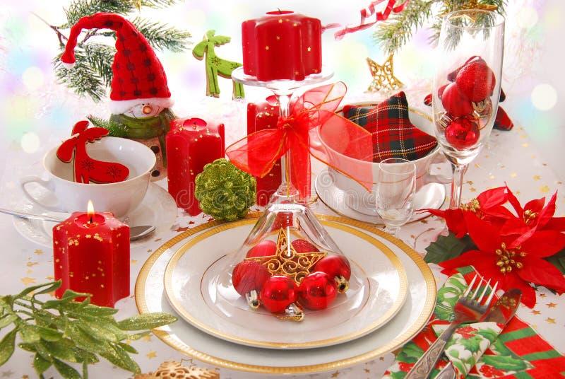 Decoração da tabela do Natal com velas vermelhas imagens de stock royalty free