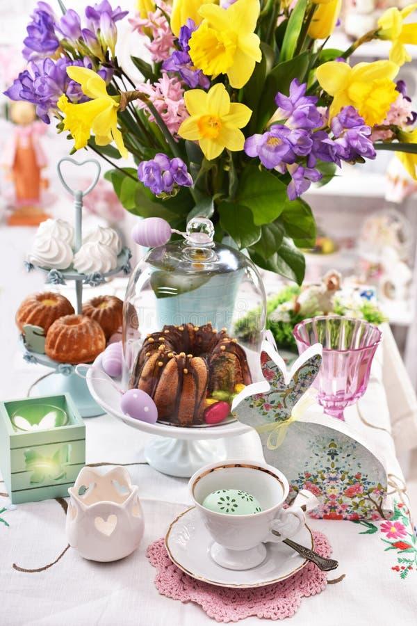 Decoração da tabela da Páscoa com pastelarias e as flores tradicionais fotografia de stock royalty free