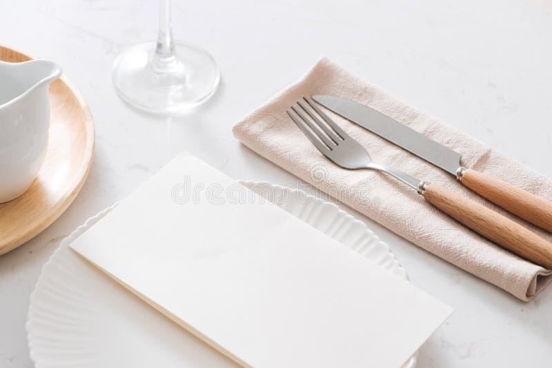 Decoração da tabela Placas brancas, forquilha, faca na placa de pedra cinzenta fotografia de stock
