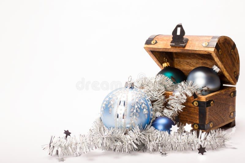 Decoração das bolas do Xmas da arca do tesouro do Natal imagem de stock