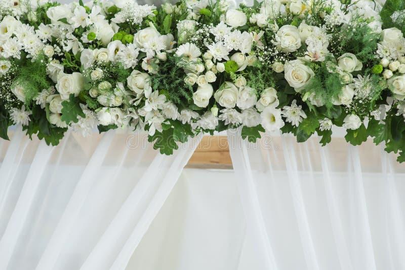 Decoração das flores brancas no arco do casamento fotos de stock