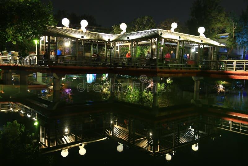 Decoração das luzes uma reflexão do pavilhão em um parque local imagens de stock royalty free