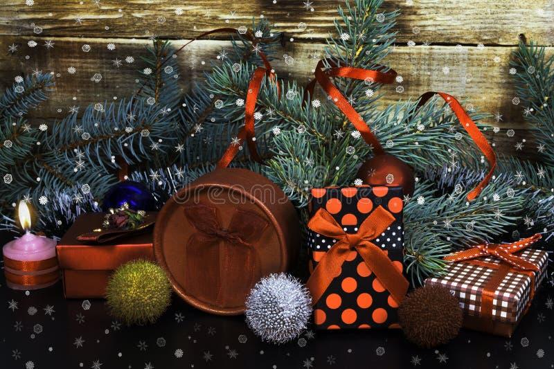 A decoração de ano novo, árvores de Natal, presentes, decorações, vela imagens de stock royalty free