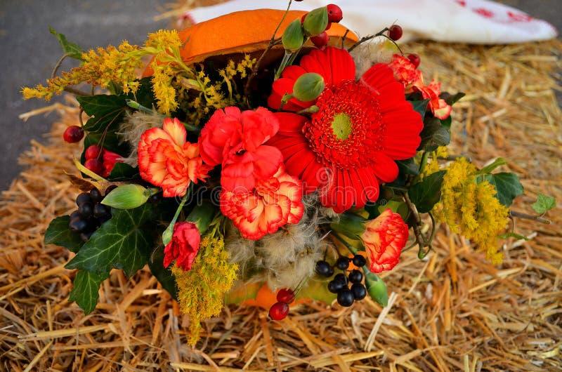 Decoração de Autumn Flower na abóbora foto de stock