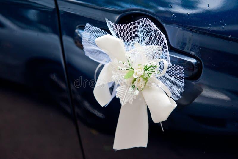 Decoração de bouquet de casamento na alça de um carro de procissão de casamento imagens de stock royalty free