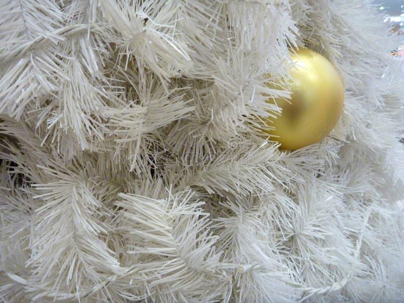 Decoração de Christmes com ramo de árvore branco e a bola amarela imagem de stock