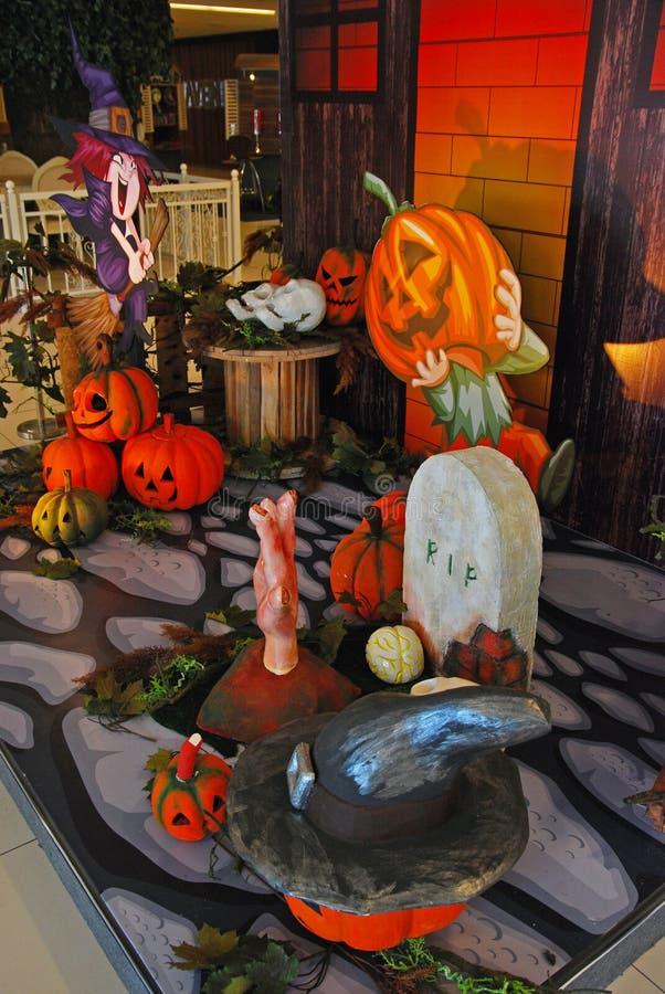 Decoração de Dia das Bruxas no shopping imagens de stock
