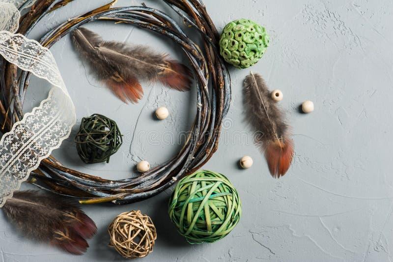 A decoração de Diy com anel de vime, laços, anjo voa foto de stock