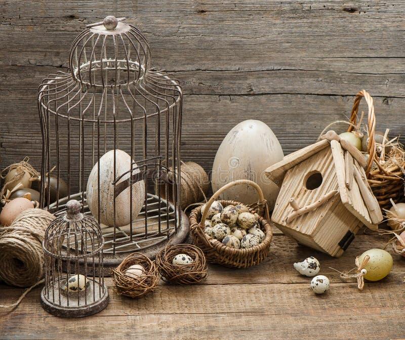 Decoração de easter do vintage com ovos e birdcage imagens de stock