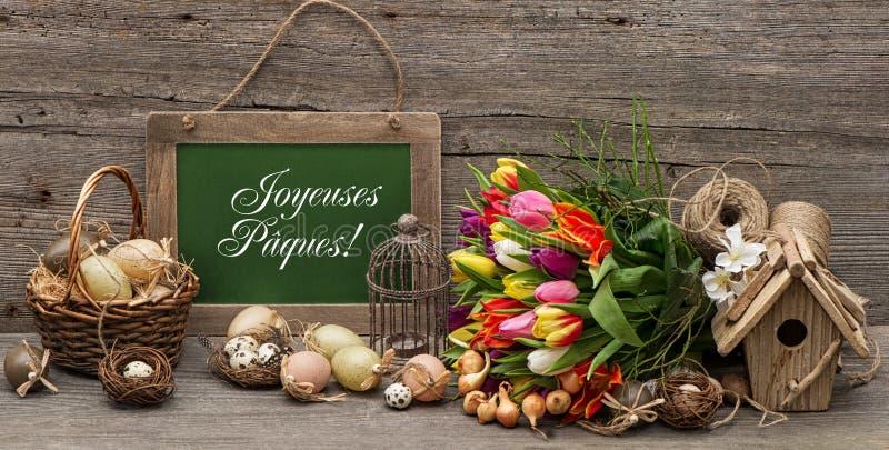 A decoração de easter do vintage com ovos e tulipa floresce fotografia de stock