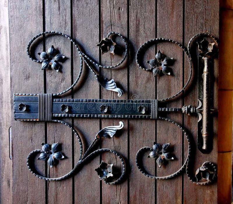 A decoração de madeira da porta no estilo da vila de França é arquitetura bonita foto de stock