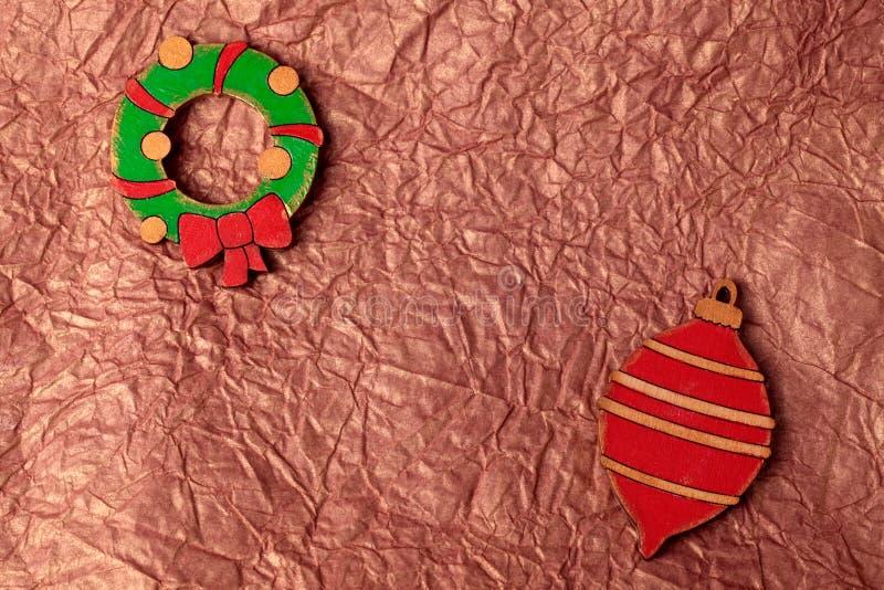 A decoração de madeira do Natal da pintura feito a mão no ouro amarrotou tis fotos de stock royalty free