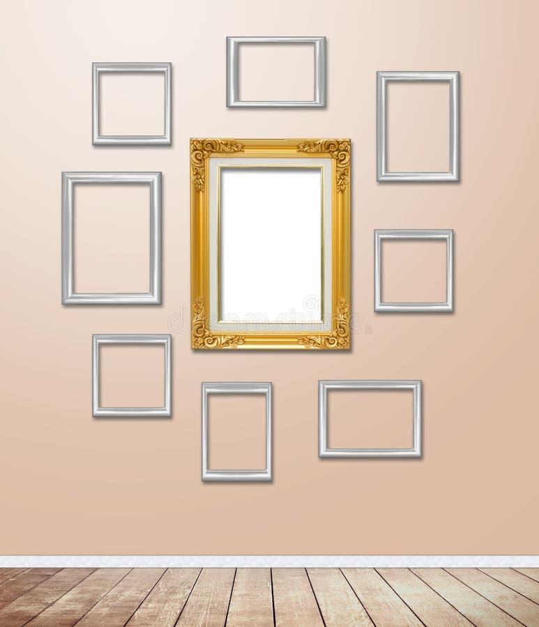 Decoração de madeira dourada do quadro no papel de parede com alargamento claro imagens de stock royalty free